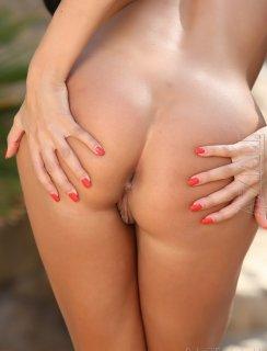 Anissa Kate сняла бикини и показала свою киску