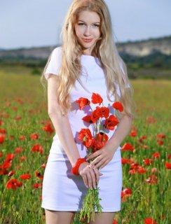 Голая блондинка на маковых полях