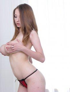 Lucie Wilde молодая телка с огромными дойками