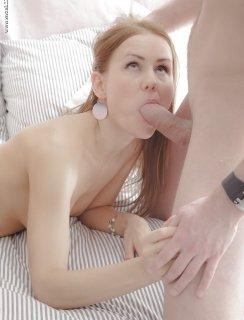 Сперма течет из киски после секса с двумя парнями