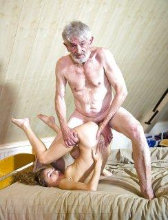 Старик трахает молодую телочку