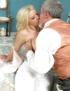Сексуальная блондинка трахается со стариком