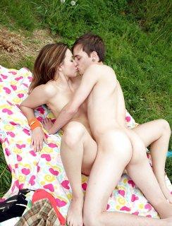 Секс фото молодой пары на природе