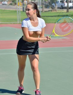 Молодая теннисистка играет голая