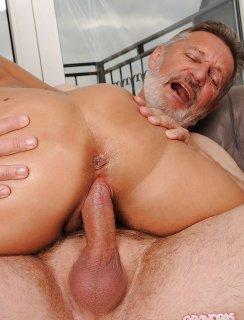 Дедуля с бородой накончал в молодую телочку