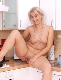 Зрелая баба теребит киску на кухне