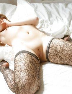 Сексуальная Mandy Kay позирует в черных чулках