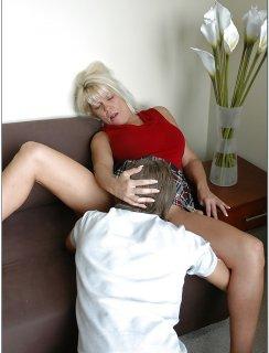 Зрелая тетка заставила молодого паренька трахнуть ее