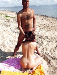 Темнокожий трахарь натянул русскую телку на пляже