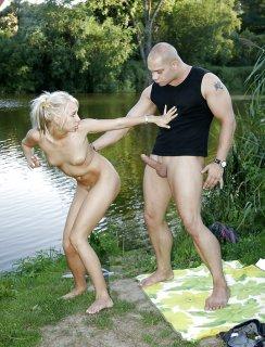 Блондинка трахается на берегу озера с лысым чуваком