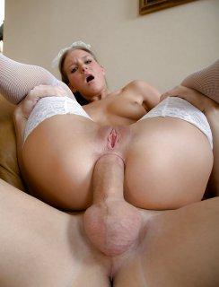 Молодая домработница обслуживает хозяина своей попкой
