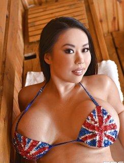 Пышная азиатка моется в сауне