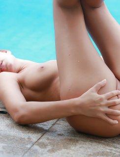 Худышка сняла бикини для откровенных фото на фоне бассейна