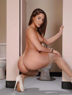 Голая Abella Danger в туалете