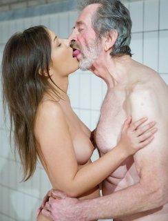 Молодая красотка замутила секс со старичком