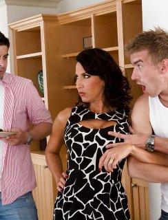 Мамочка трахается с молодыми парнями и глотает вкусную сперму
