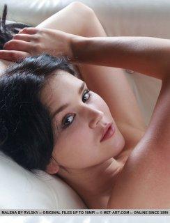 Девица нежно ласкает свою киску на белом кожаном диване