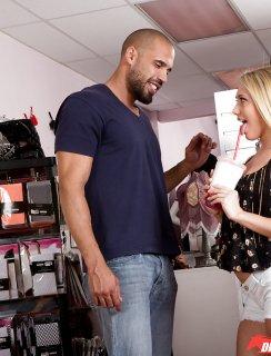 Красавица блондинка истекает спермой в примерочной кабинке