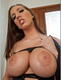Kelly Divine  показывает свою сочную задницу