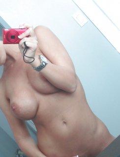 Порно актриса Nicole Aniston делает селфи в туалете