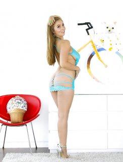 Красотка Lena Paul показывает неприкрытую волосатую киску