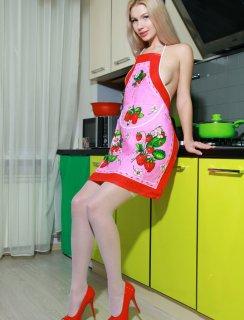 Голая блондинка в кухонном фартуке