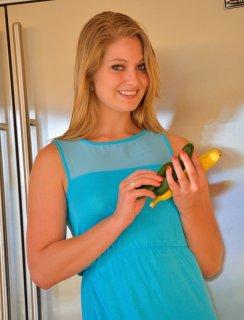 Сучка Veronica Weston обожает играться с огурчиками у себя в дырке
