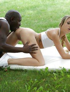 Очень черный негр ебет белую молодую девчонку в жопу