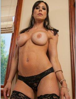 Сексуальная мамка Kendra Lust в черных чулках