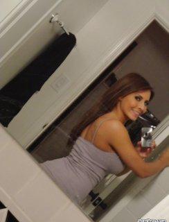Селфи в туалете с голой грудью