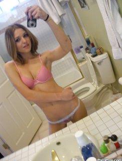 Худая красотка с голым селфи в туалете