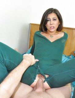Трахает девушку в пижаме