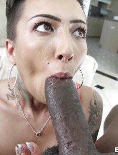 Анальный секс девушки с татуировками