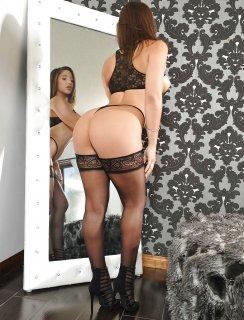 Abella Danger демонстрирует свое спортивное тело в черном белье
