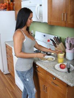Раздетая мулатка на кухне с большими сиськами