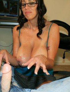 Сперма на больших дойках зрелой дамы после дрочки