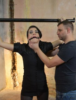 Кончил в волосатую манду связанной брюнетки