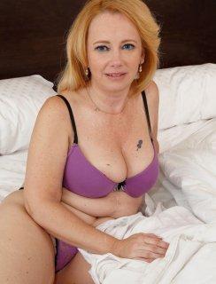 Мамка с розовой вагиной в постеле