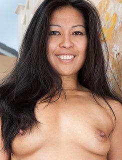 Азиатка раздвигает волосатую пизду