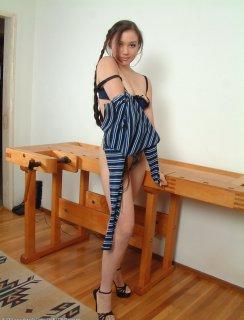 Девка с длинными косичками ласкает пизденку