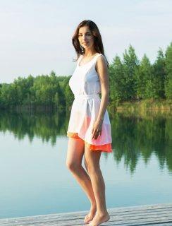 Обнаженнка с красивой девушкой на пристани у озера