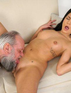 Молодая осчастливила старика своим горячим ртом