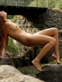 Милашка Taissia Shanti с голой пизденкой на природе