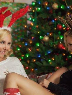 Голые блондинки под елкой