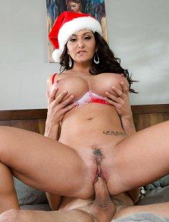 Трахает тетю в новогодней шапочке