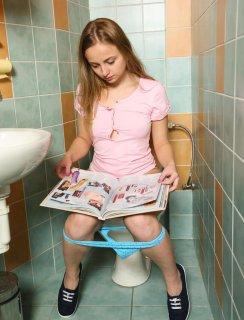 Мастурбирует в туалете