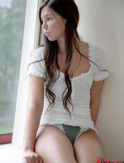 Голая милашка у окна