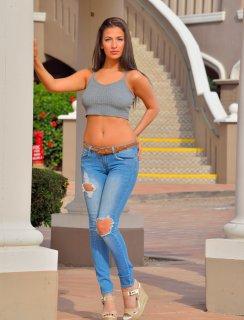 Милашка Olivia Nova со спущенными джинсами