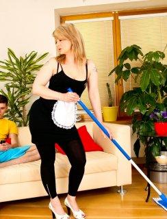 Сынок трахает зрелую домработницу