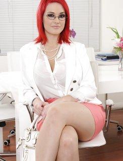 Рыжая секретарша с большой жопой